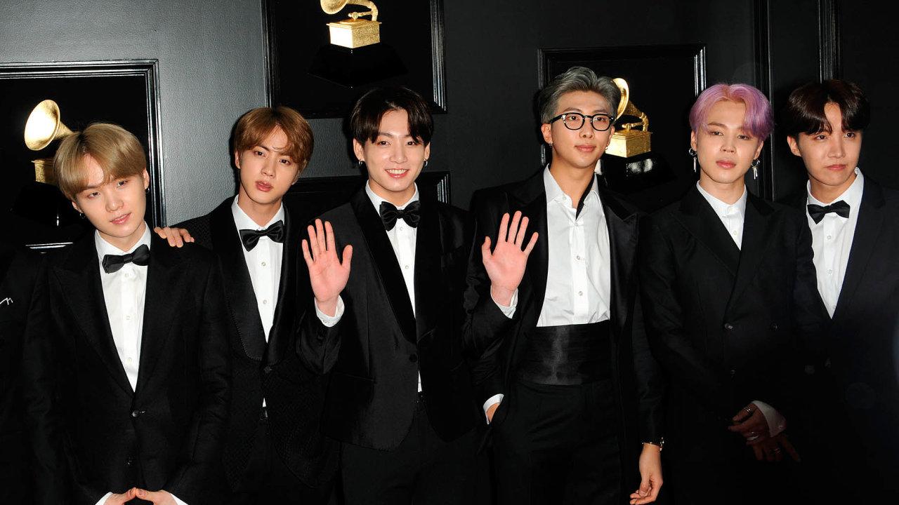 Sedm skautů: Členové kapely BTS (Bangtan Sonyeondan - Neprůstřelní skauti).
