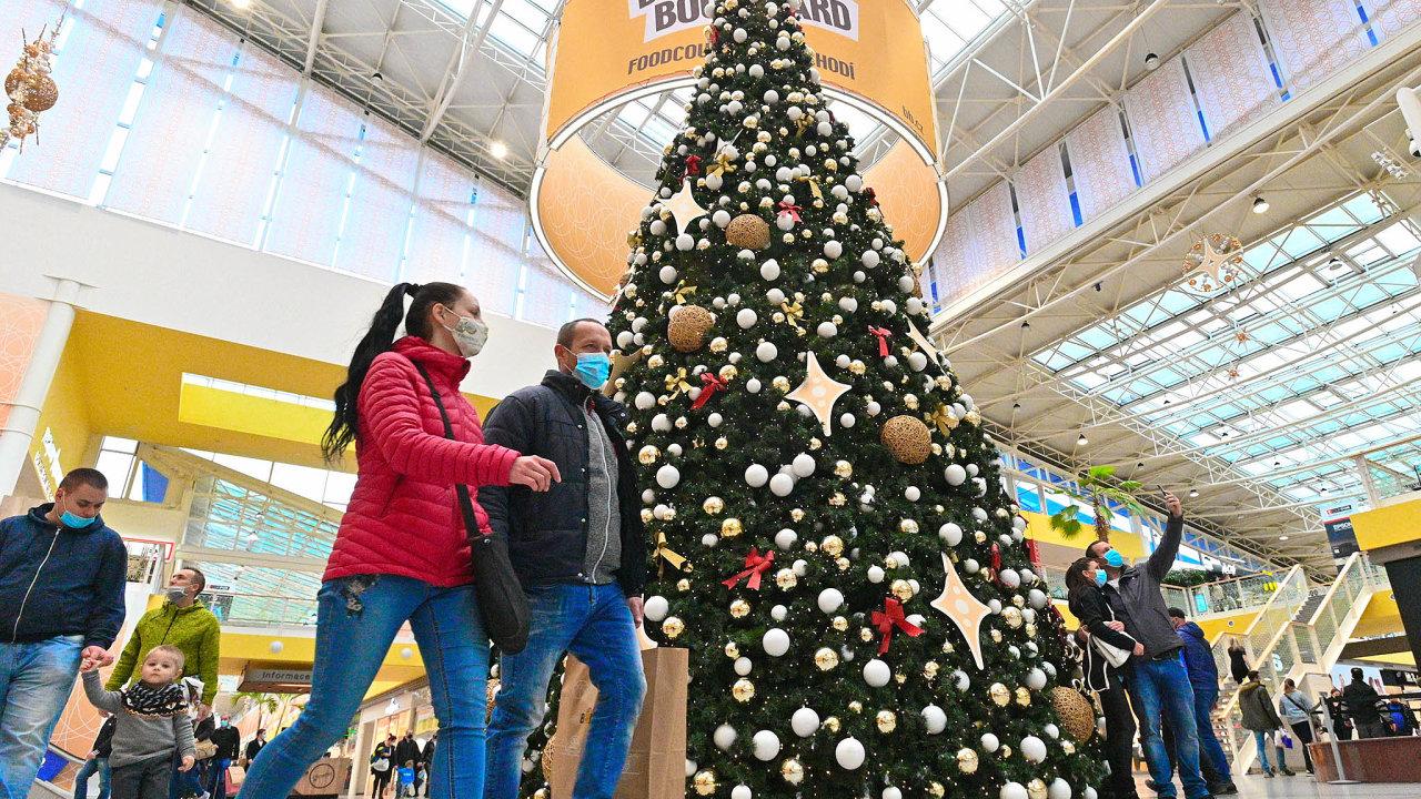 Kdy zase zavřou? Česko už se sice podle systému PES nachází vpátém stupni rizika, ale lidé vánoční dárky nakoupit mohli. Další zpřísnění zřejmě přijde až posvátcích.