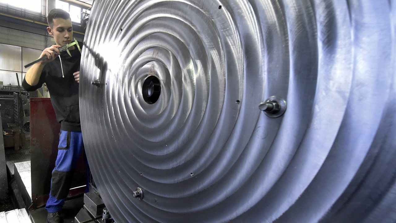 Zaměstnanec Strojírny Jan Bacho v Dívčím Hradě na Bruntálsku proměřuje 8. prosince 2020 jeden z výrobků. Strojírna vyrábí svařence pro strojírenství a montované celky.