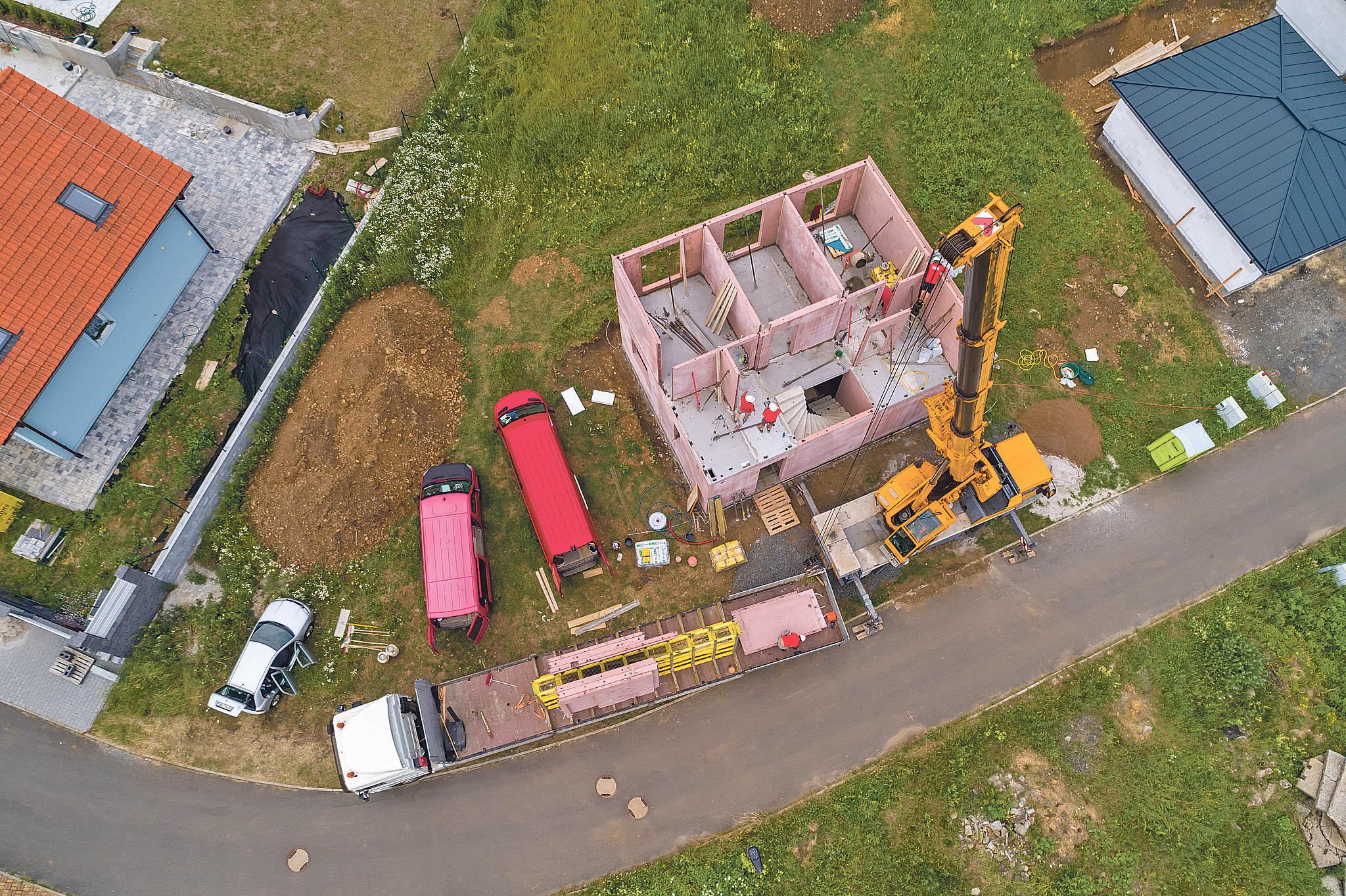 Kolik dílů betonové stavebnice je najeden dům třeba? Počet se pohybuje mezi 25a40. Záleží natom, jestli je dům jedno- nebo dvoupodlažní, má betonový strop nebo jestli se počítá se schodištěm.