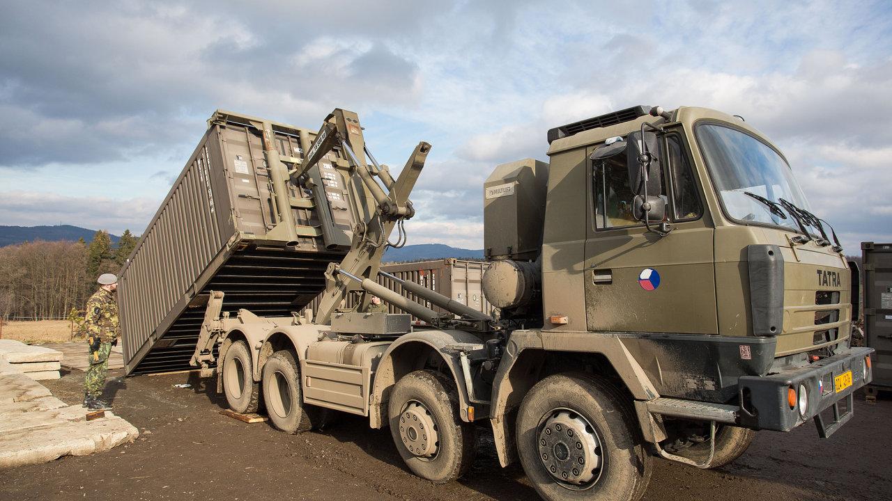 Armáda o víkendu výrazně pokročila s rušením svých základen ve Vrběticích a Haluzicích na Zlínsku. Na snímku ze 7. února vojáci v Haluzicích připravují kontejnery k odvozu na překladiště ve Vrběticích