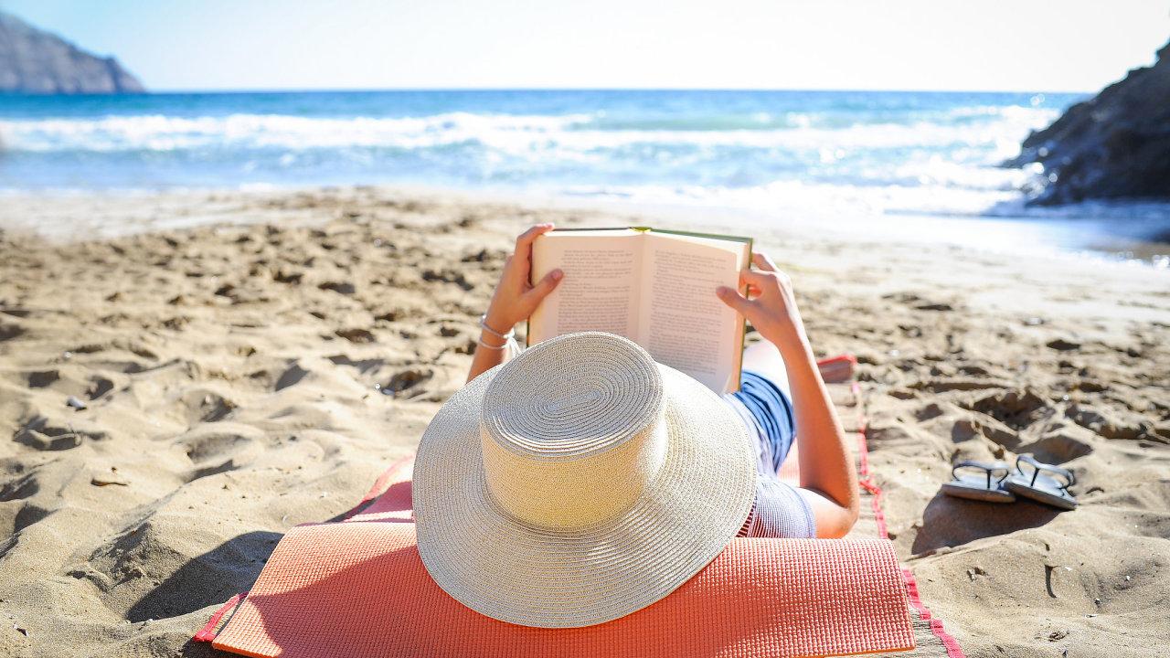 knihy léto moře pláž dovolená
