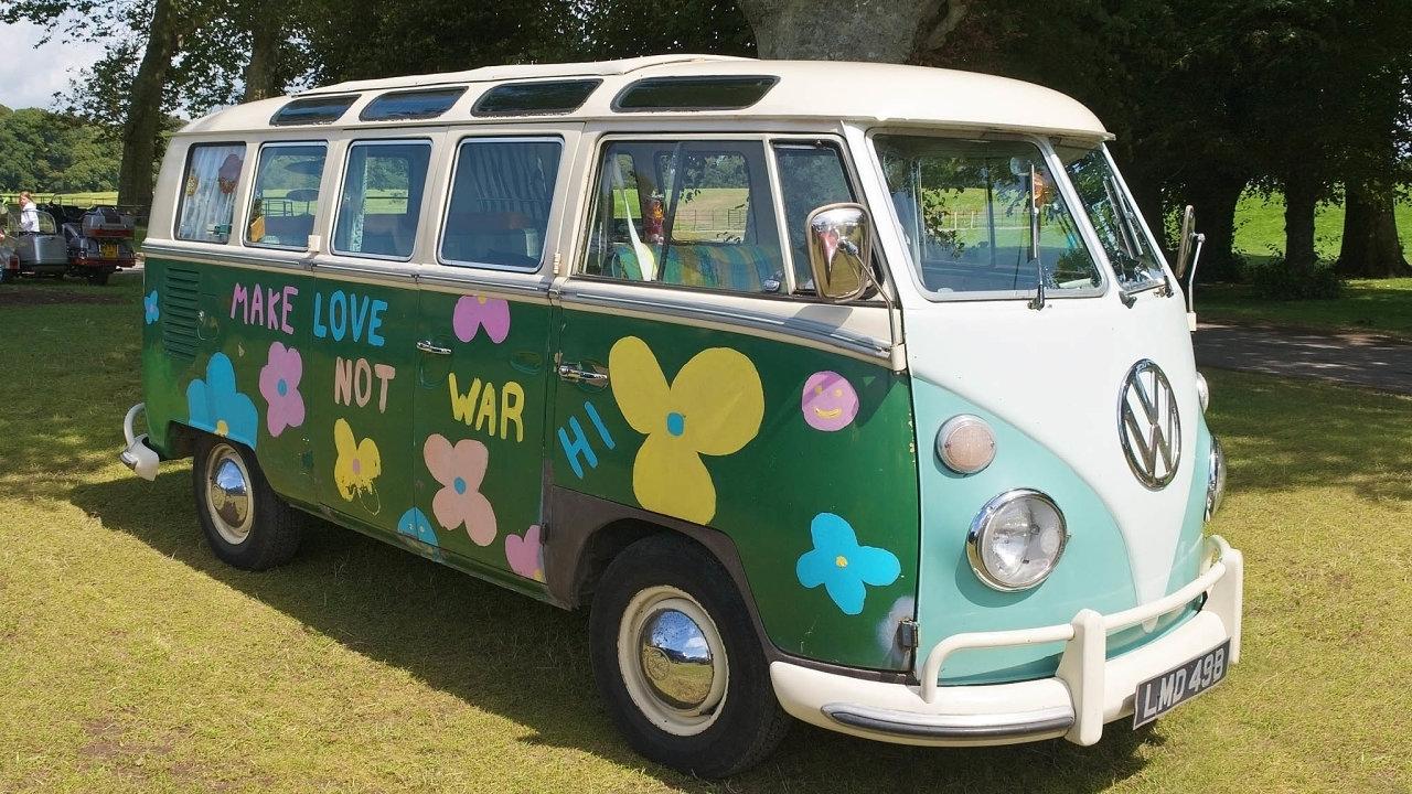 Obytná dodávka zvaná VW Classical Bus se v60. letech zejména díky hippies stala kultovní a také v 70. letech plnila parkoviště hudebních festivalů.