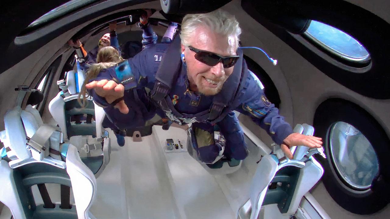 Šťastný Richard Branson vkrátké chvilce stavu beztíže, kterou zažil během letu své kosmické lodi VSS Unity 11.července2021.