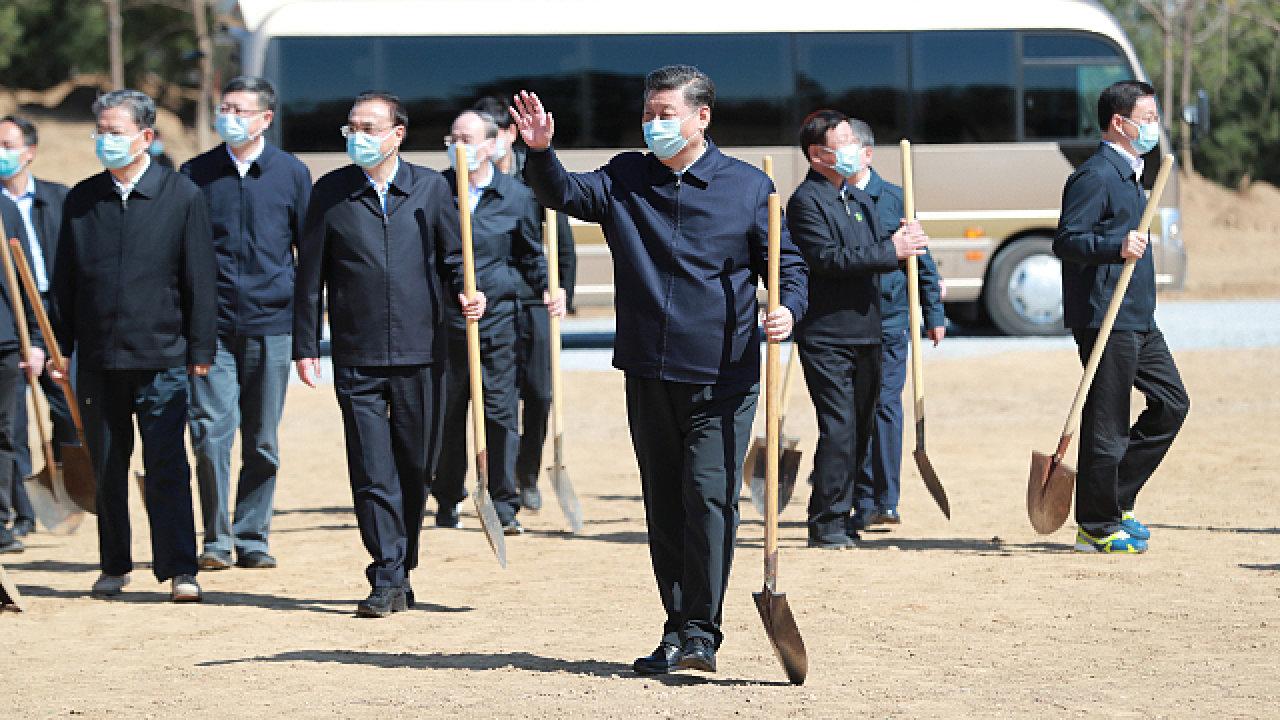 Čínský prezidenta Si Ťin‑pching (v popředí) se občas vypraví sázet stromy, ale především upevňuje kult své osobnosti.