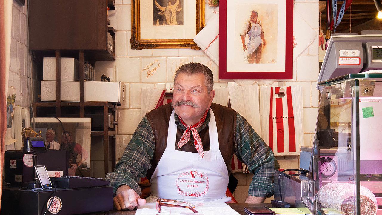 Dario Cecchini je osmou generací rodiny, která vPanzanu provozuje řeznictví. Zajeho éry se stala jeho součástí dokonce modlitebna kesvatému masu.