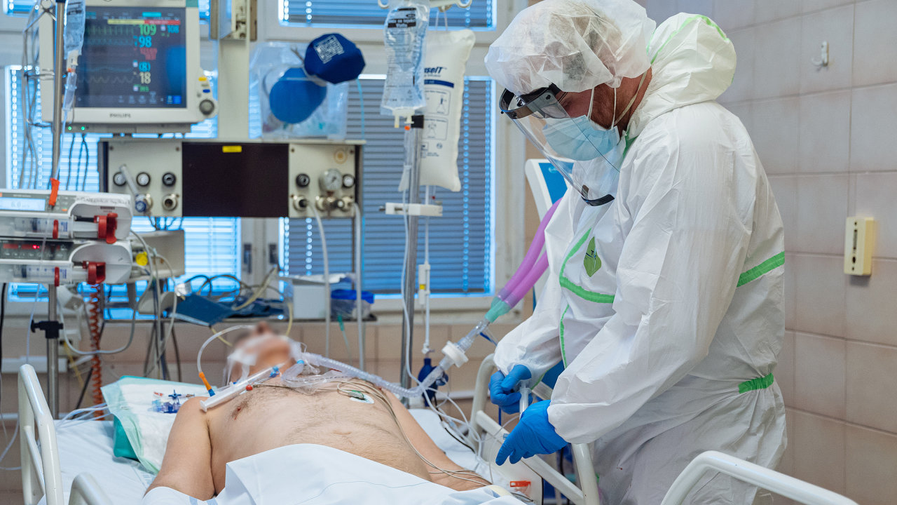 Pacient v těžkém stavu s onemocněním covid19 na jednotce intenzivní péče, Nemocnice Na Bulovce