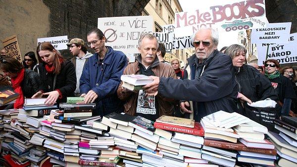 Proti zvýšení sazby DPH u knih několikrát protestovali knihkupci, nakladatelé i autoři, před Karlovým mostem například vytvořili barikádu z knih