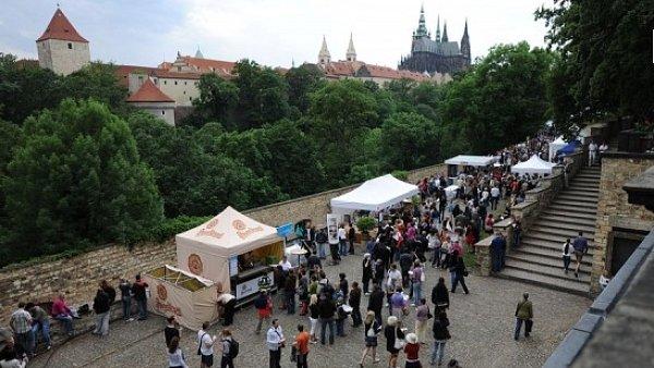 Největší gastronomický festival v Česku se již potřetí bude konat v Míčovně Pražského hradu a přilehlé Královské zahradě.