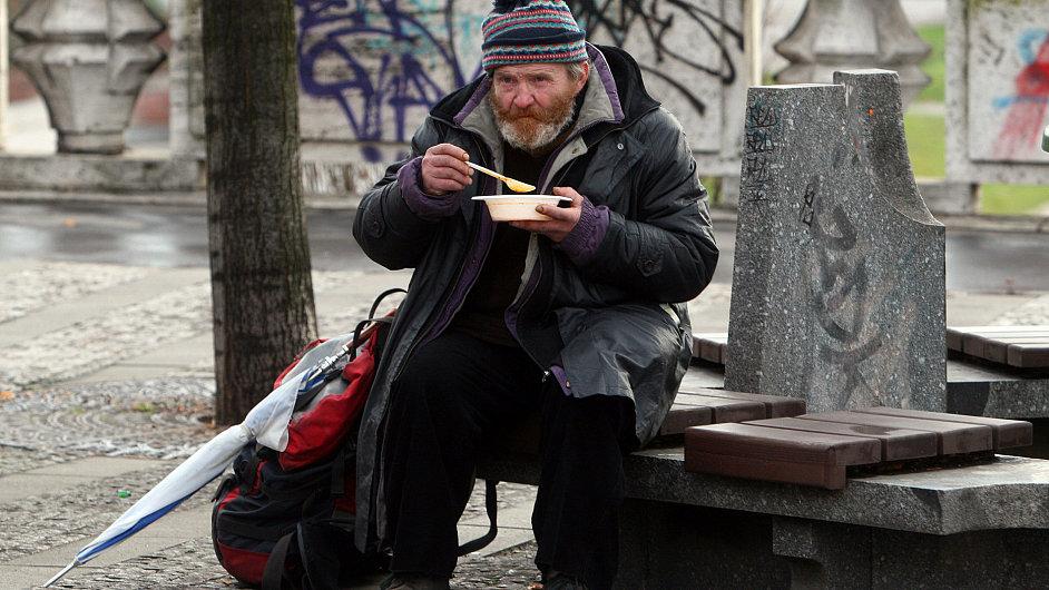 Bezdomovec na pražském nábřeží