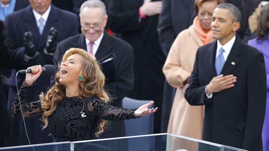 Beyoncé zpívá americkou hymnu, přihlíží senátor Charles Schumer a prezident Obama.