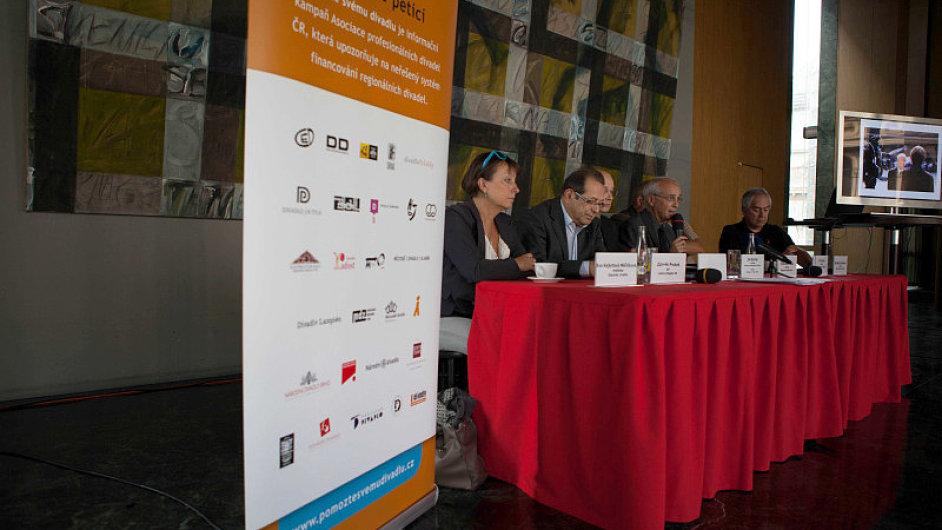 Na tiskové konferenci zastoupil Alenu Hanákovou ředitel úřadu ministerstva kultury Milan Kupka.