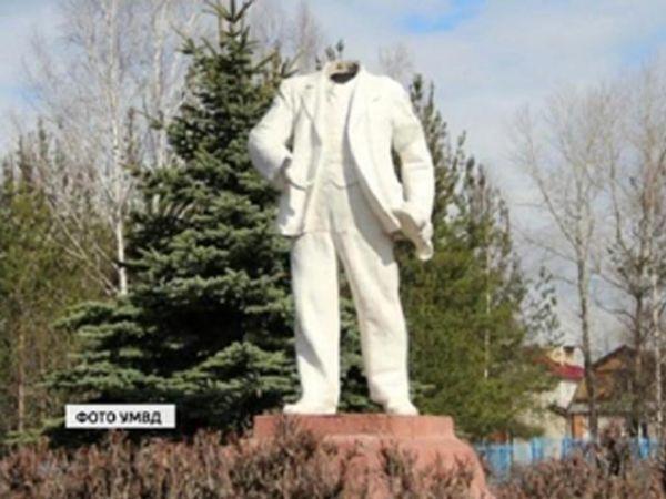 Leninova socha bez hlavy v ruském městečku Něja