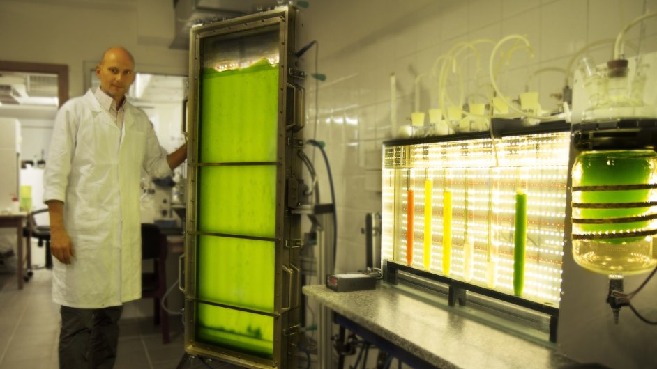 Ředitel Centra kompetence pro výzkum biorafinací a společnosti EcoFuel Labs Petr Kaštánek v laboratoři.