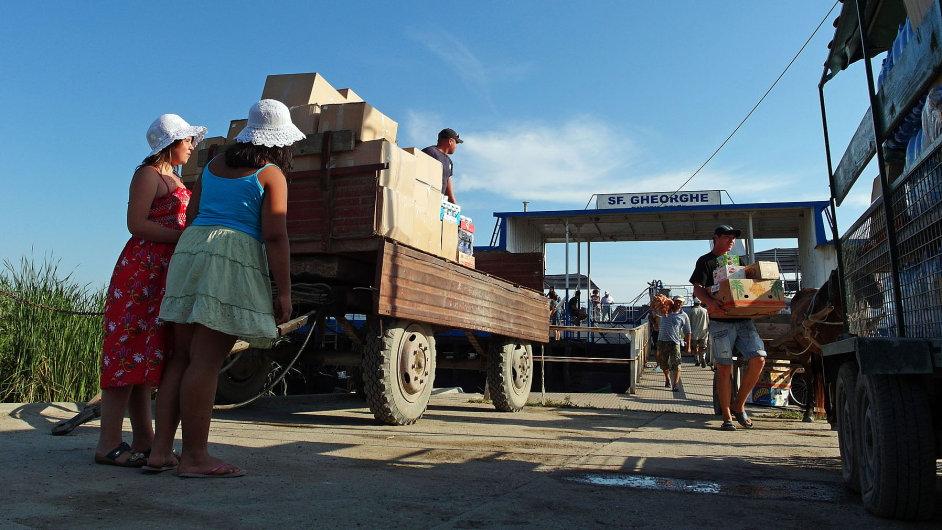 Vykládka lodě v deltě Dunaje. Lidé musí dovážet úplně všechno po vodě.