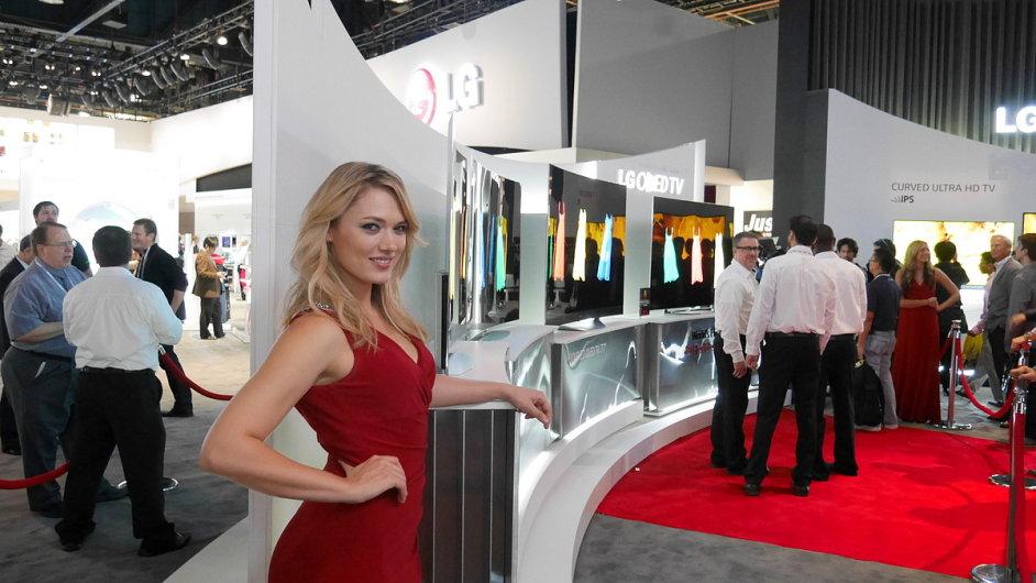 Hosteska u televizorů LG se zakřivenými obrazovkami na veletrhu CES 2014