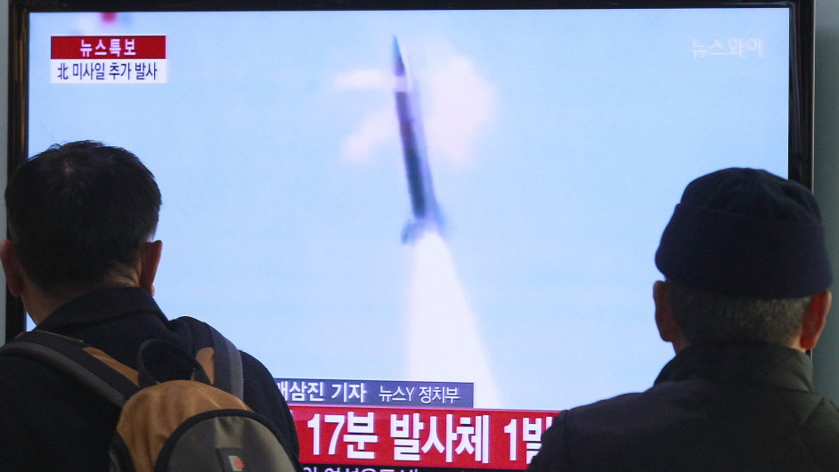 Lidé v Soulu sledují televizní vysílání o severokorejském raketovém testu.