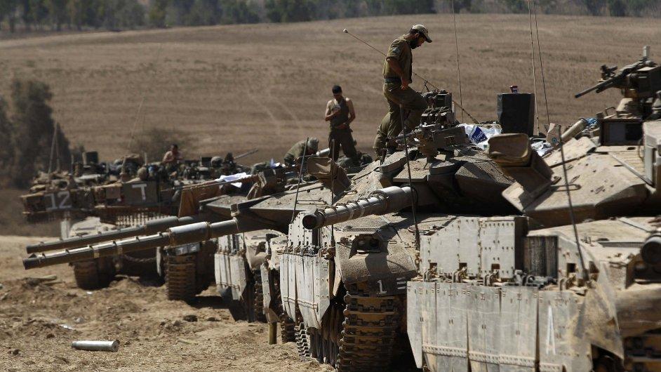 Izraelští vojáci čekají u hranic s Pásmem Gazy.