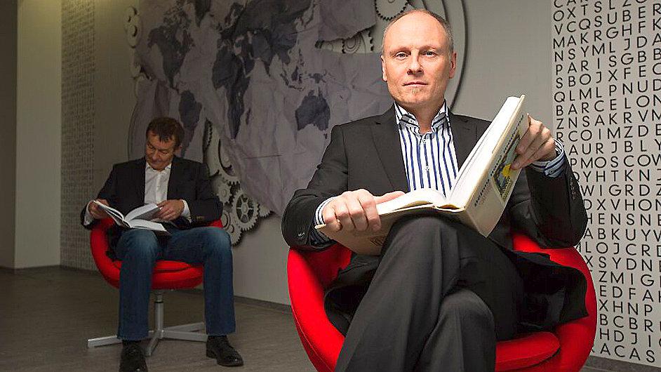 Moderátoři literárního pořadu U zavěšené knihy Petr Vizina (vpravo) a Jiří Podzimek.