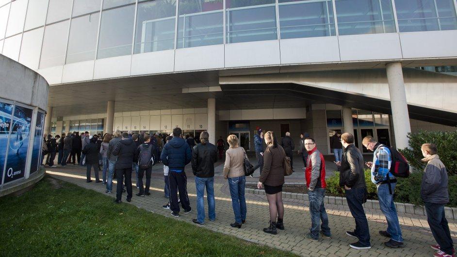 Fronta na vstupenky hokejového MS před pražskou O2 arenou