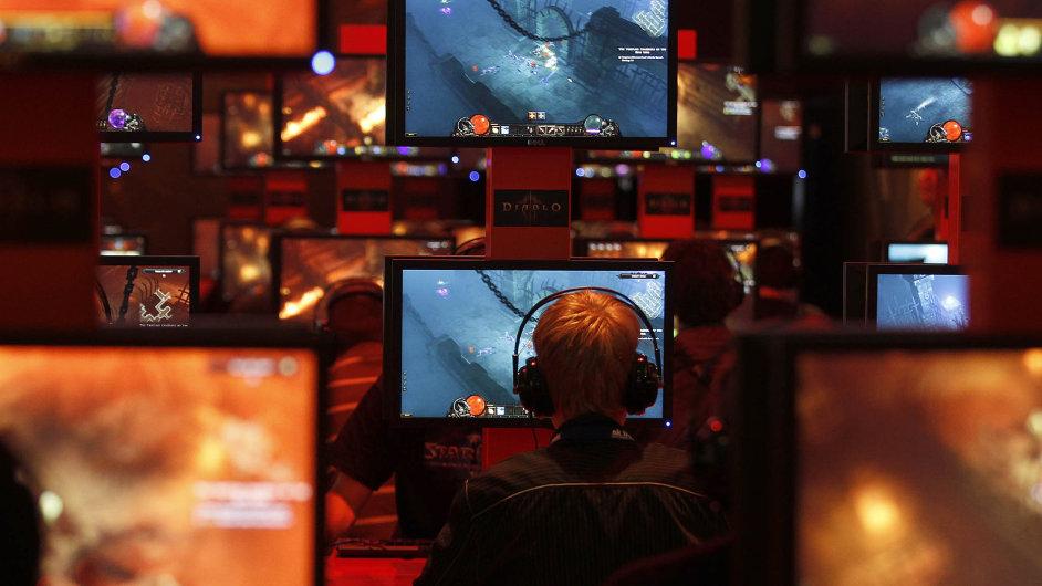 Na nových výkonných počítačích vypadají stejné hry daleko lépe než na konzolích, grafika má lepší rozlišení včetně UltraHD a není problém hrát současně na několika monitorech.