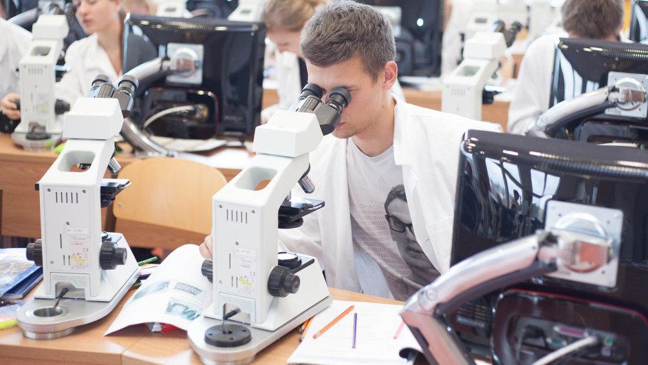 Mladí lékaři dnes volí mezi desítkami specializací. Systém postgraduálního vzdělávání chce ministerstvo překopat.