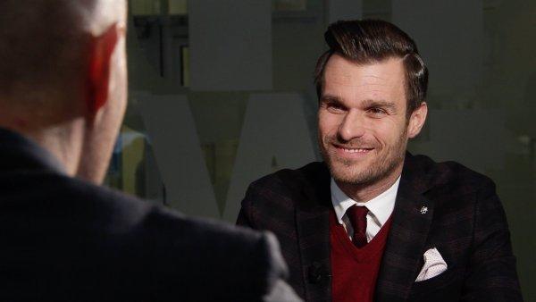 Leoš Mareš v rozhovoru s Martinem Veselovským, s nímž si tyká.