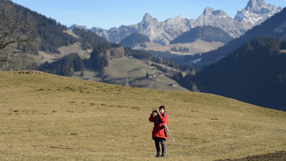 Turistka na prosincové túře ve Švýcarských Alpách.