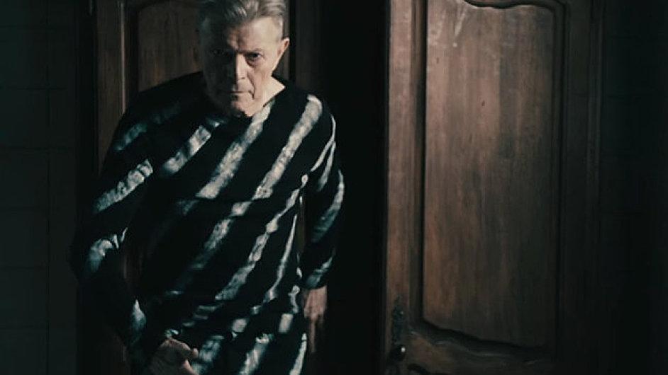 David Bowie na snímku z videoklipu k písni Lazarus.