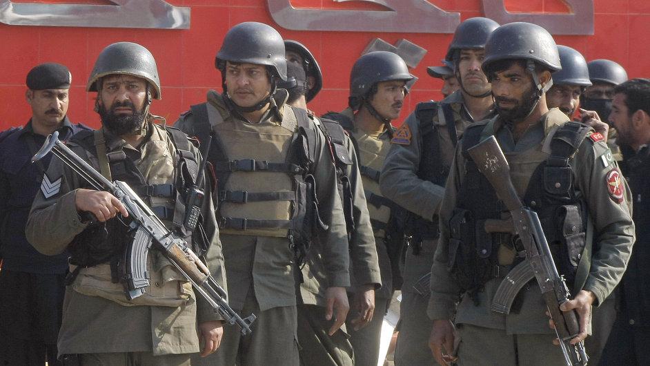 Pákistánské jednotky na místě útoku na Univerzitě Bacha Chána.