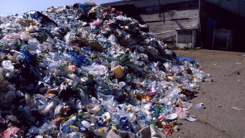Konec skládek? Bakterie, která požírá plastové lahve, by mohla najít uplatnění třeba naskládkách.