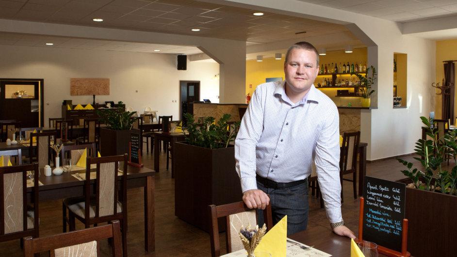Ředitel Ondřej Sulženko v restauraci hotelu
