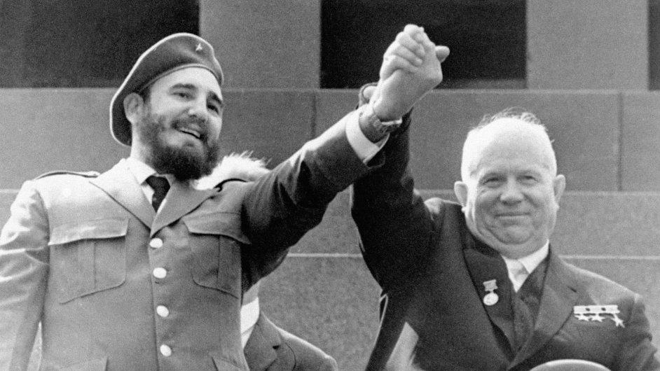 Fidel Castro a Nikita Chruščov na prvomájové přehlídce v Moskvě v roce 1963. O pár měsíců dříve tato dvojice přispěla k vyhrocení nejvážnější krize studené války - přičemž Castro byl ten radikálnější.