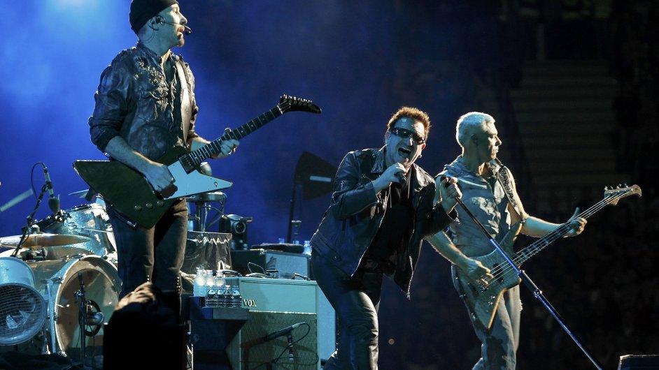 Na snímku z koncertu U2 z roku 2010 jsou zleva kytarista The Edge, zpvák Bono a baskytarista Adam Clayton.