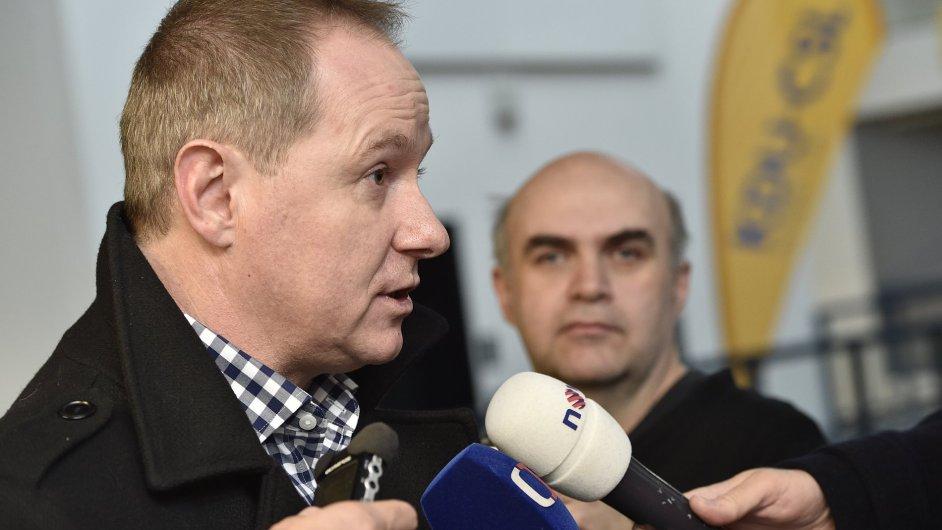 Předseda STAN Petr Gazdík na konferenci hovoří s novináři.
