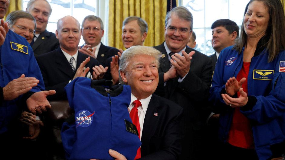 Americký prezident Donald Trump podepsal Zákon o přeměně NASA.