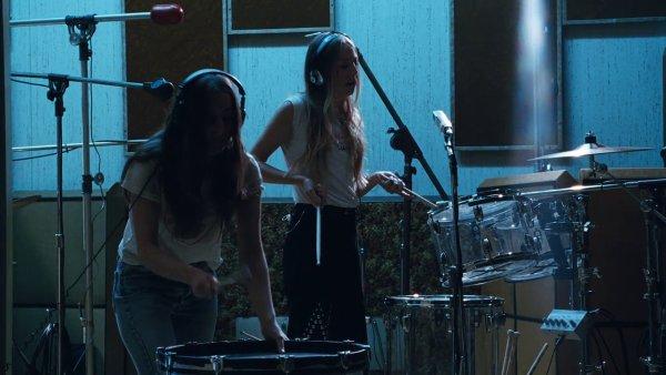 Snímek z videoklipu Haim.