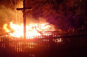 V Třinci shořel historický dřevěný kostel z 16. století, škoda se odhaduje v desítkách milionů
