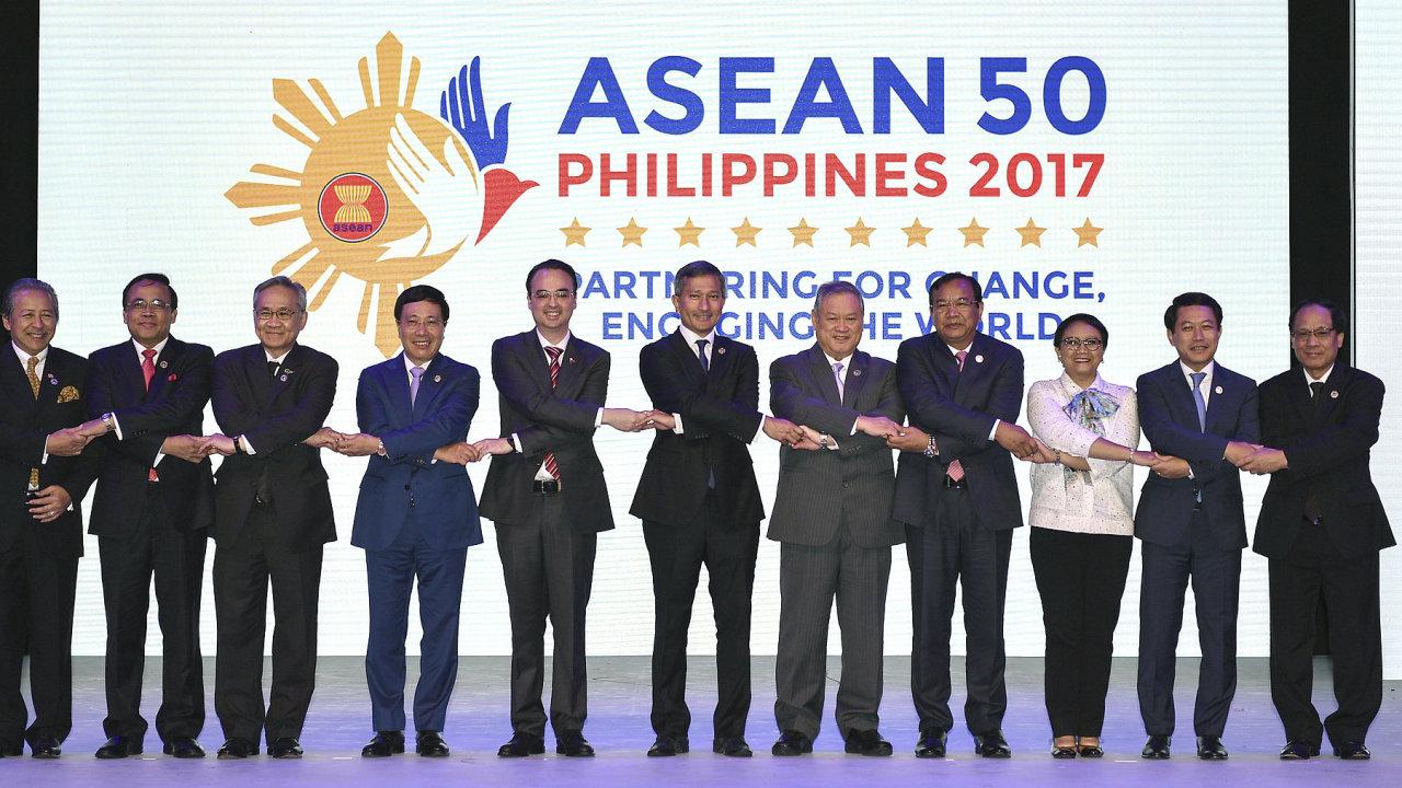Zahajovací ceremoniál 50. ročníku schůzek ministrů zahraničí zemí ASEAN na Filipínách.