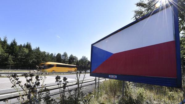 České vlajky symbolizují protest billboardářů proti odstraňování poutačů