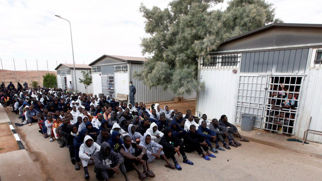 Afričtí migranti v libyjském detenčním táboře Gheryan nedaleko Tripolisu