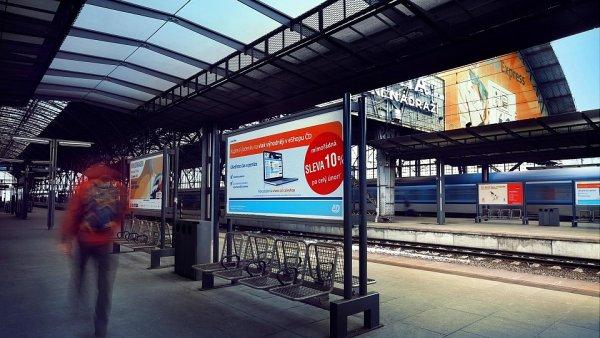 Reklama na nádraží (ilustrační foto)