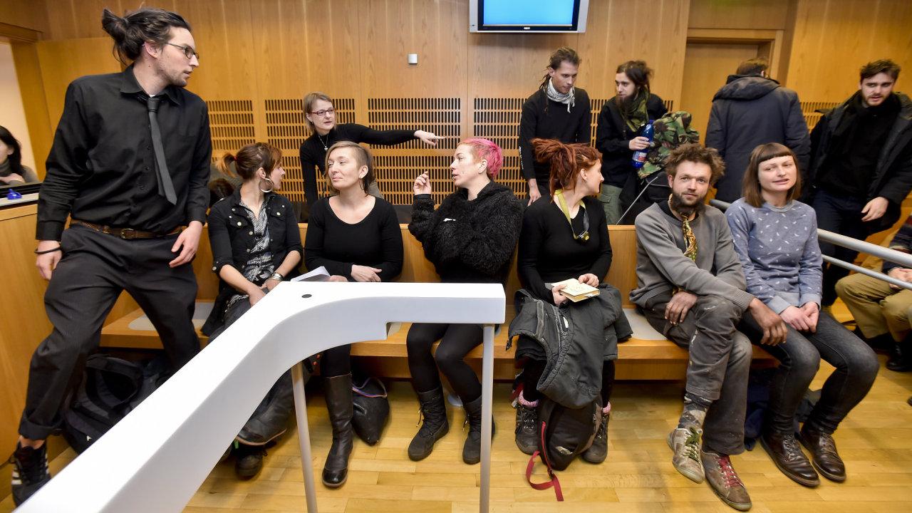 Obvodní soud pro Prahu 6 projednával od 2. března 2018 případ squatterů, kteří v únoru obsadili usedlost Šatovka v pražském Šáreckém údolí.