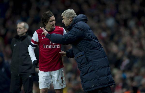Včasech, kdy Tomáš Rosický oblékal barvy Arsenalu, dostával ještě před vstupem nahrací plochu poslední pokyny odtrenéra Arsena Wengera. Jak by to ale asi vypadalo, kdyby se dnes role obrátily...