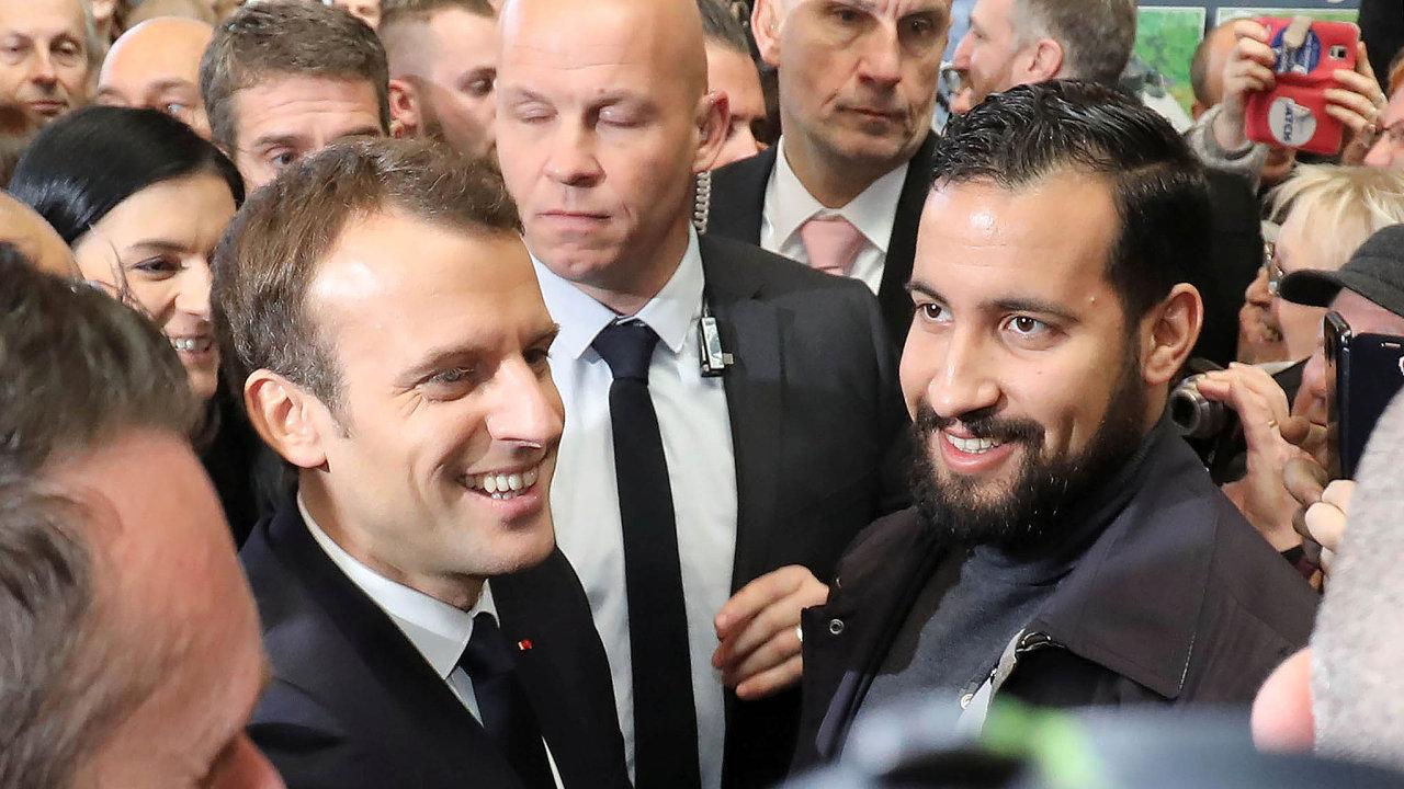 Francouzi čekají, až Macron kzáležitosti týkající se jeho bodyguarda Alexandra Benally vystoupí. Jenže prezident zatím mlčí. Nasnímku zúnora tohoto roku Macron sBenallou.