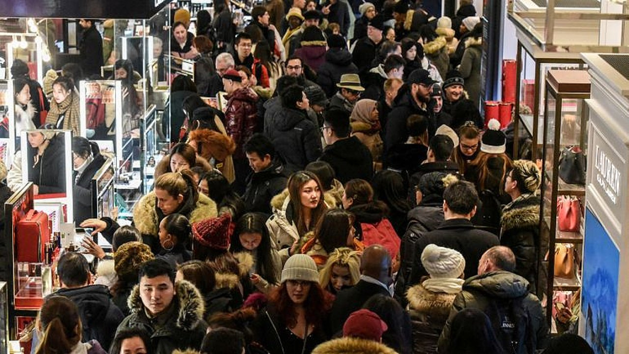 Video: Černý pátek je tu a miliony lidí po celém světě vzaly obchody útokem.