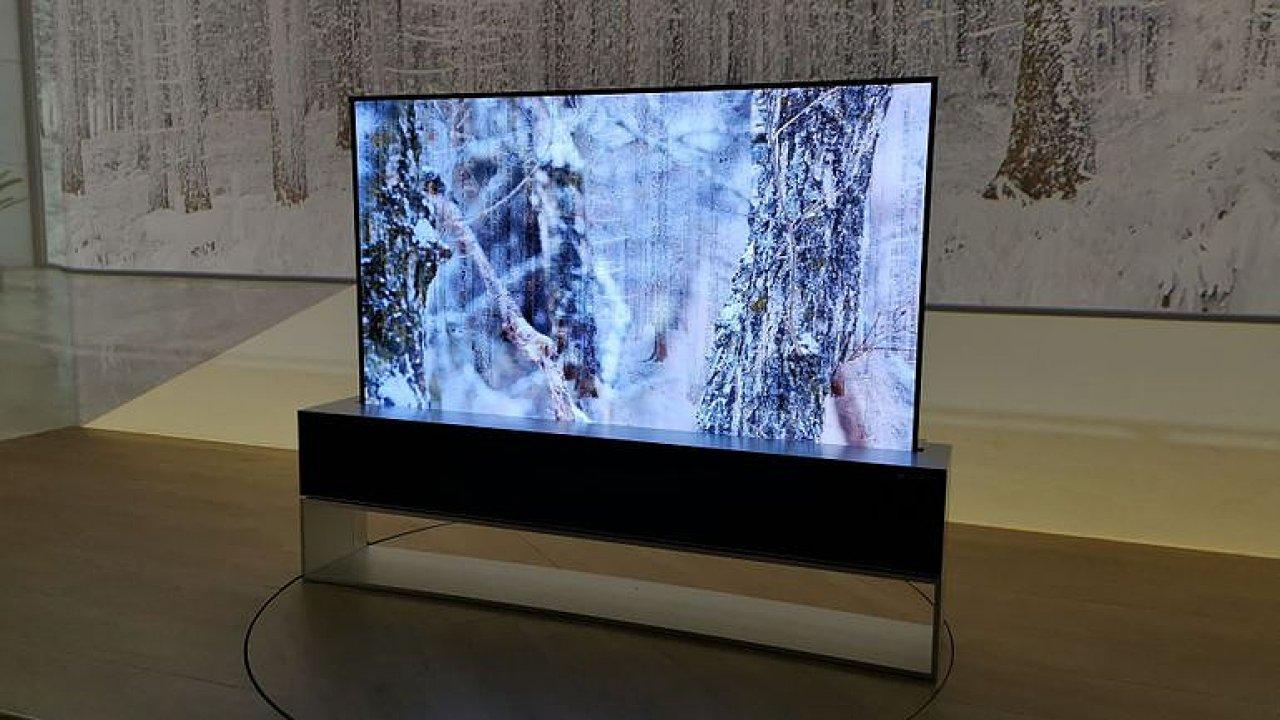Chytrá rolovací televize ve stojanu. OLED TV s pružnou obrazovkou se přizpůsobí fotmátu videa