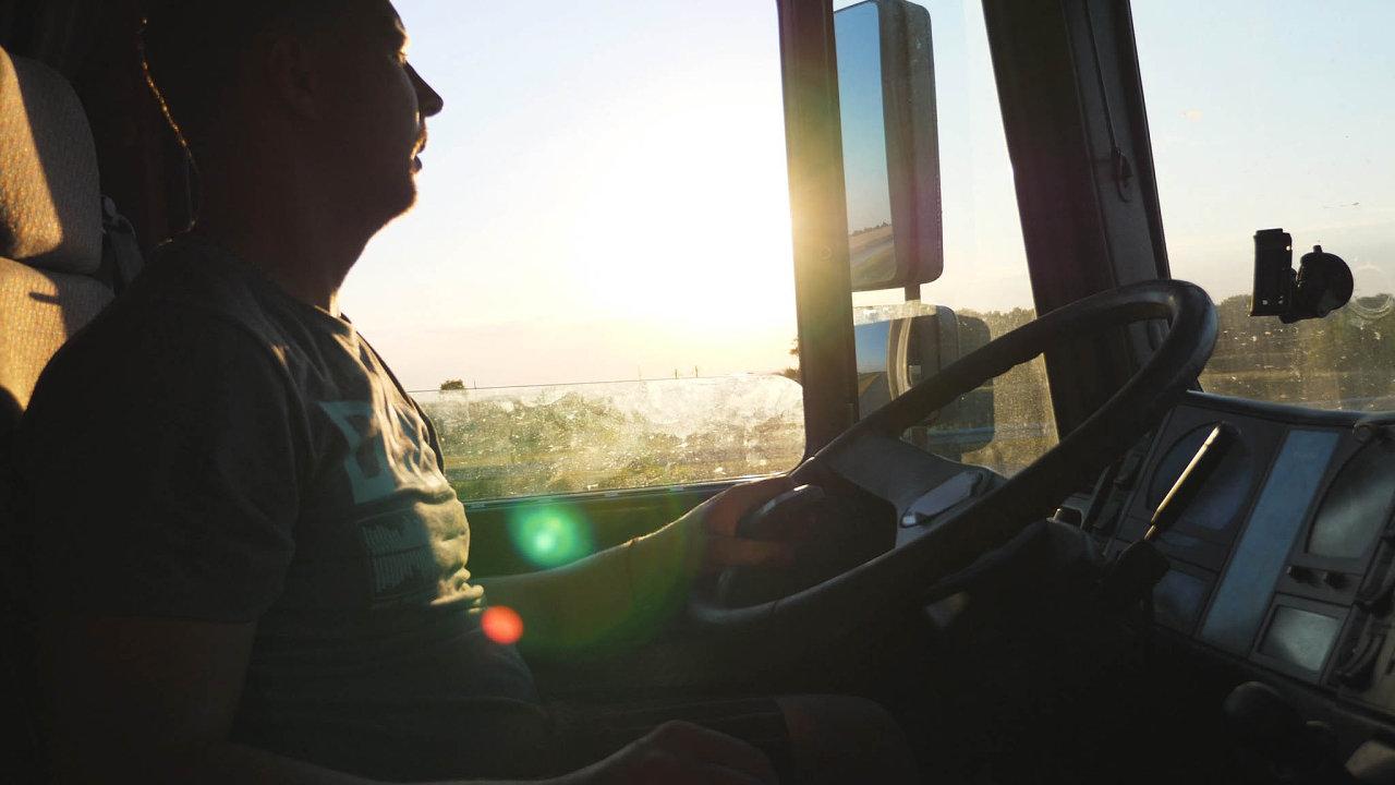 Přivést ukrajinské pracovníky doČeska není levné. Jeden řidič vyjde až nasto tisíc korun.