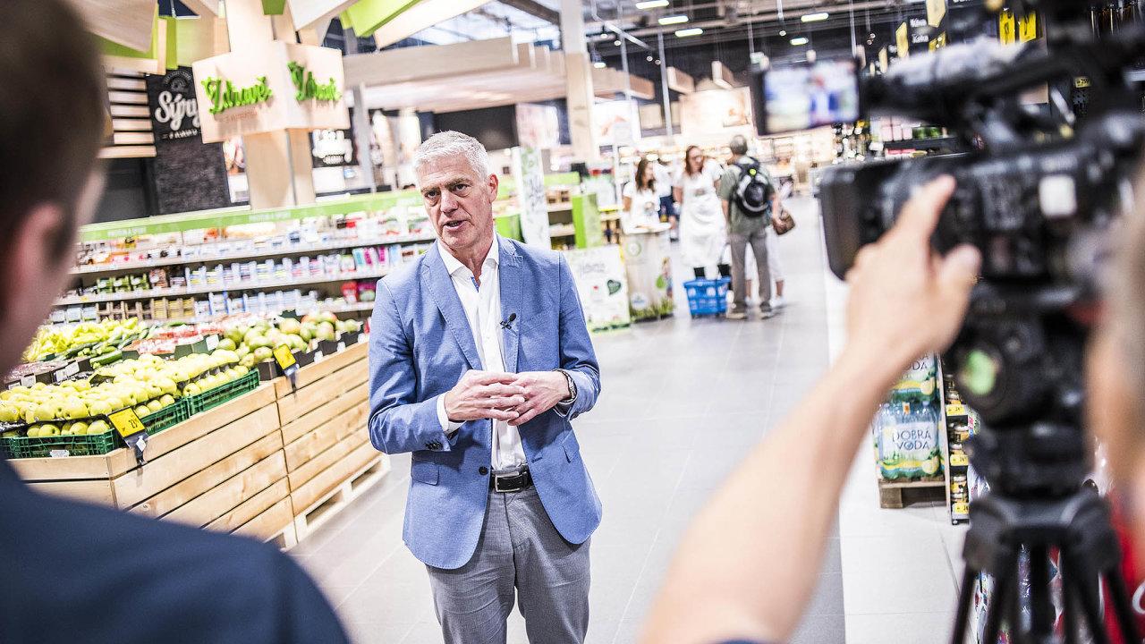 """""""Přestavěné prodejny vypadají velmi odlišně, díky tomu roste návštěvnost alidé si ivíce nakoupí,"""" říká Jesper Lauridsen, šéf obchodů Albert."""