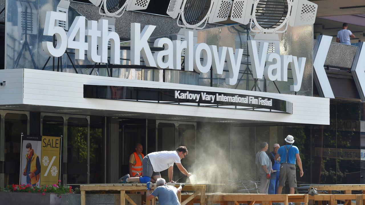 Karlovarský filmový festival, který letos přivítá herečky Julianne Mooreovou nebo Patricii Clarksonovou, začíná v pátek.